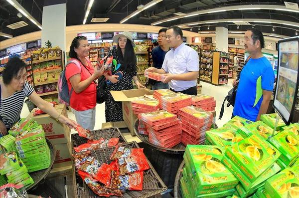 超市内购物的人群