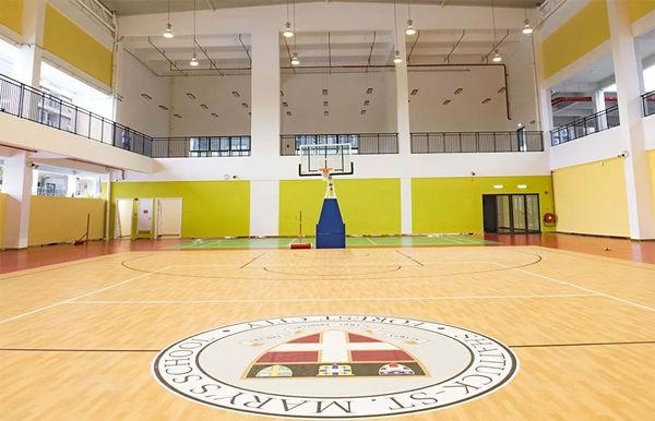 宽敞的篮球场