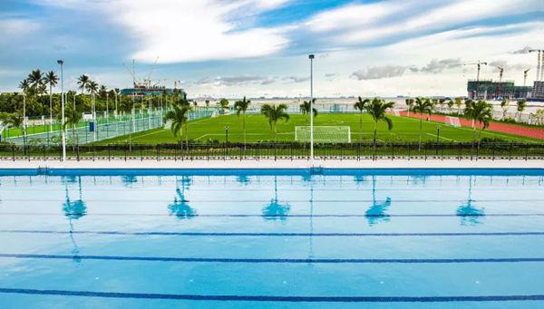 学校内游泳池及足球场
