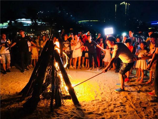 2018年暑假游学团 李锐点燃篝火